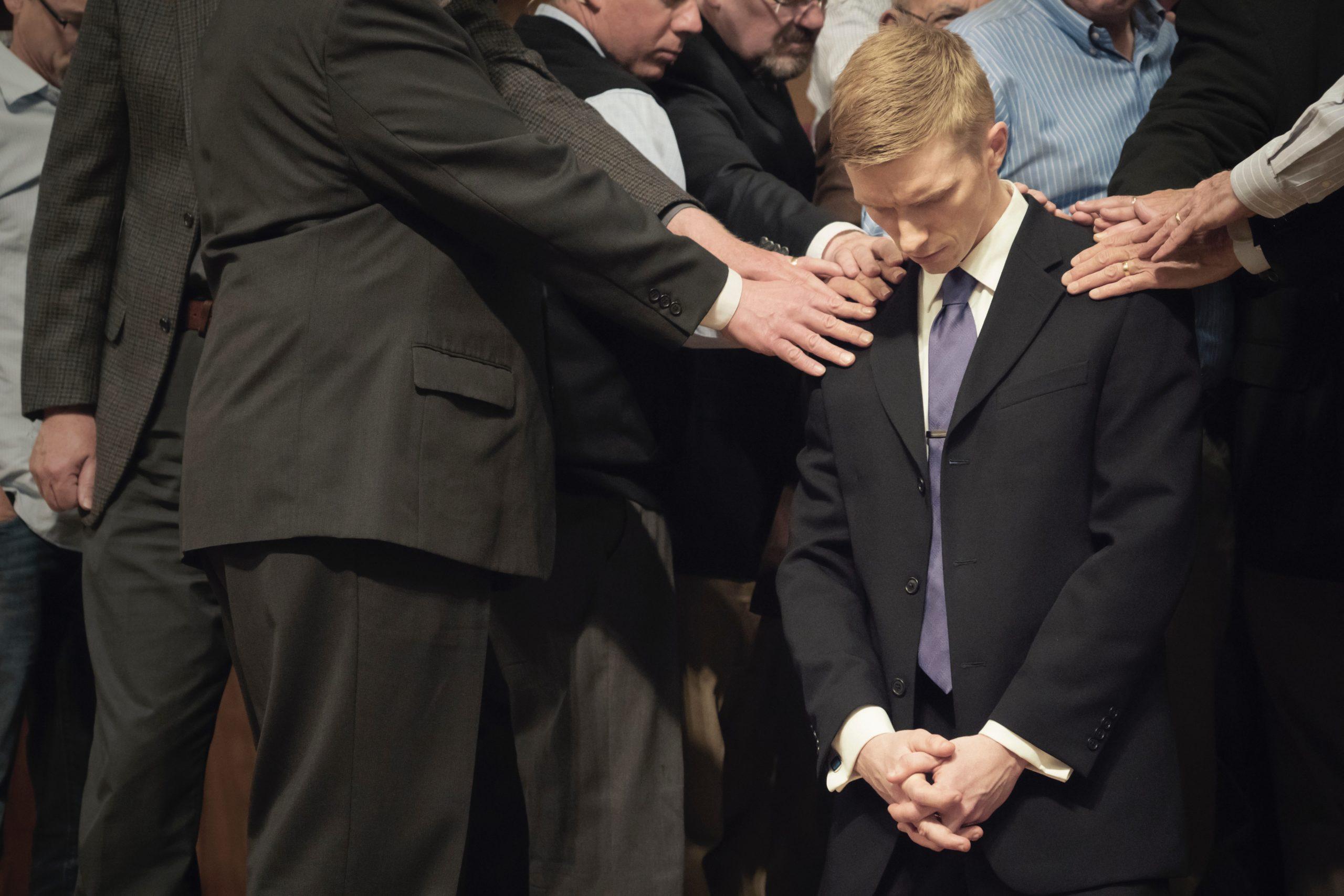 Ung pastor i en tradisjonell kirke